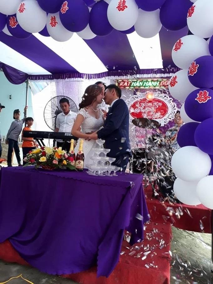 Nước ngập mênh mông, các cặp đôi ở Nghệ An vẫn quyết tâm chạy lũ tổ chức đám cưới - Ảnh 2.