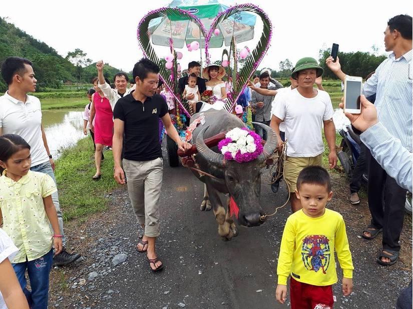 Nước ngập mênh mông, các cặp đôi ở Nghệ An vẫn quyết tâm chạy lũ tổ chức đám cưới - Ảnh 3.