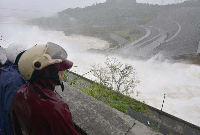 Thủy điện Hòa Bình mở 8 cửa xả lũ: Quy trình vận hành ngược? - ảnh 1