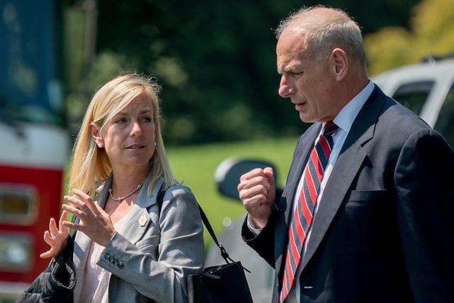 Bà Kirstjen Nielsen, người được bổ nhiệm làm Bộ trưởng An ninh Nội địa Mỹ, là trợ lý thân cận của Chánh Văn phòng Nhà Trắng John Kelly (phải) (Ảnh: AP)