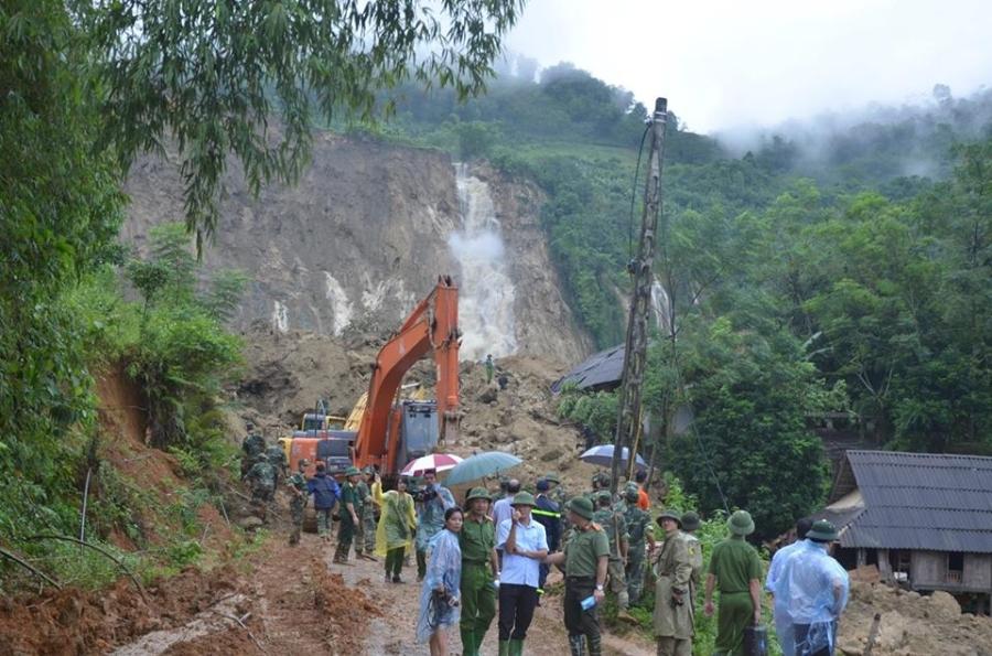 Vụ sạt lở 18 người bị vùi lấp ở Hòa Bình: Mưa lớn khiến công tác tìm kiếm nạn nhân gặp nhiều khó khăn - Ảnh 1.