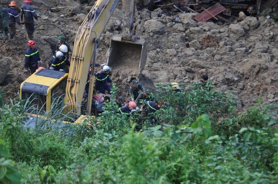 Vụ sạt lở 18 người bị vùi lấp ở Hòa Bình: Mưa lớn khiến công tác tìm kiếm nạn nhân gặp nhiều khó khăn - Ảnh 3.