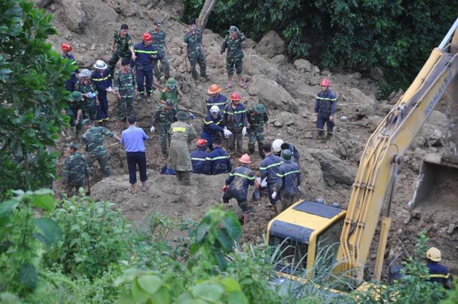 Vụ sạt lở 18 người bị vùi lấp ở Hòa Bình: Mưa lớn khiến công tác tìm kiếm nạn nhân gặp nhiều khó khăn - Ảnh 4.