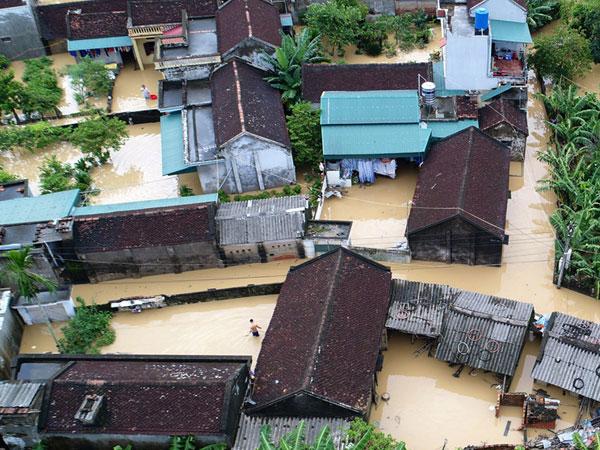 Biển nước ngập trắng xóm làng ven đê ở Thanh Hoá