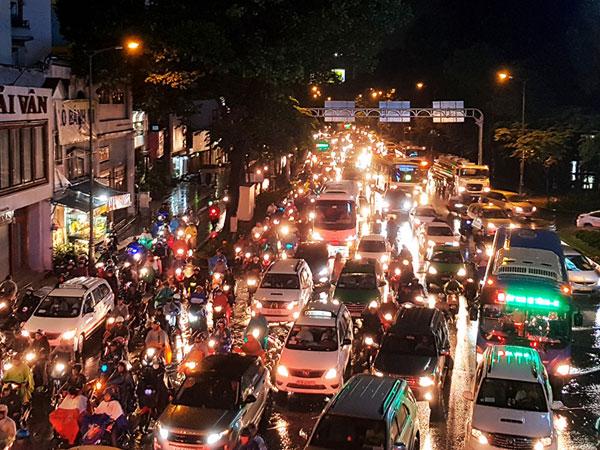 Sài Gòn mưa lớn, cửa ngõ sân bay Tân Sơn Nhất lại kẹt cứng