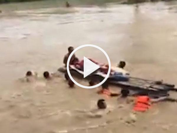 Video: Hàng chục người đẩy bè qua sông đưa cụ bà đi cấp cứu