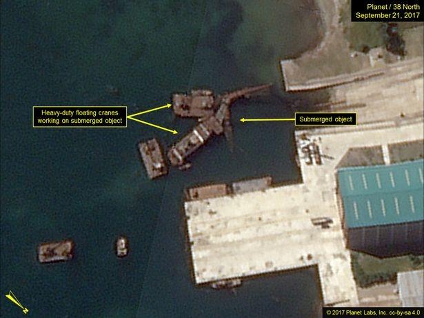 Các cần cẩu hoạt động trên các vật thể nổi ở xưởng đóng tàu Nam Sinpo (Ảnh: 38 North)