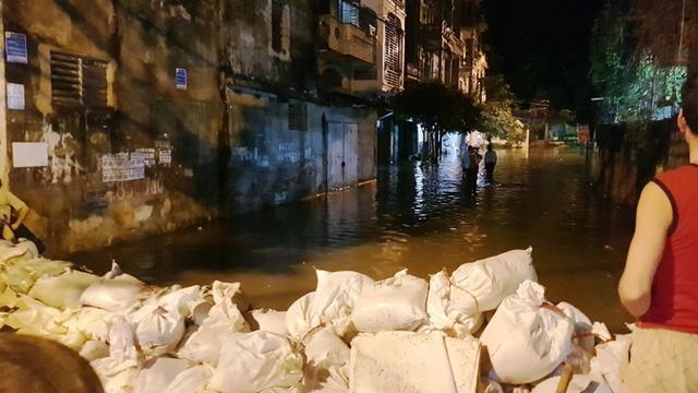 Đoạn cuối đường Biên Hòa giao nhau với đường Lê Lợi được đắp bao cát để chặn nước tấn công vào phố