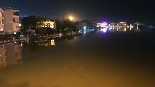Nước sông Châu Giang lên mỗi lúc một cao, toàn bộ phần đường bờ kè đã ngập trắng xóa.