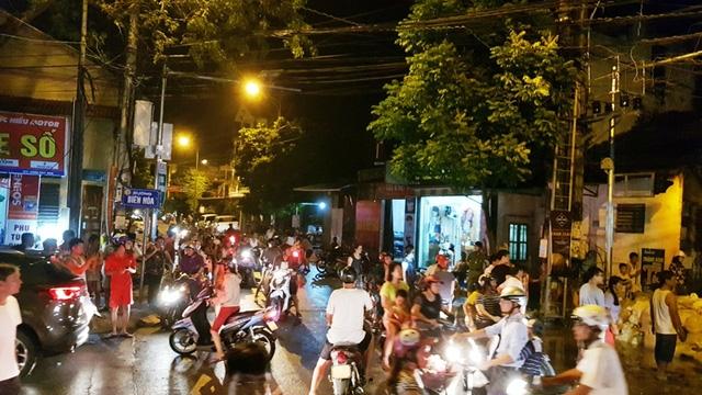 Người dân kéo nhau đi kiểm tra mức nước dâng tại cuối đường Biên Hòa