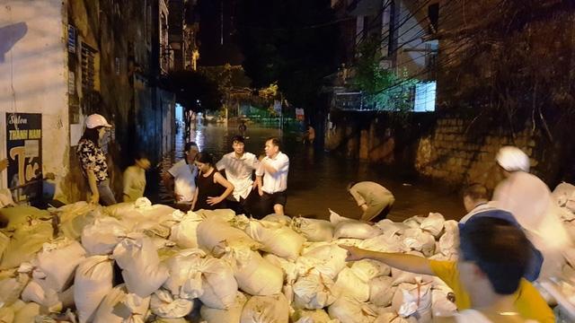 Bàn phương án ngăn nước tấn công vào phố