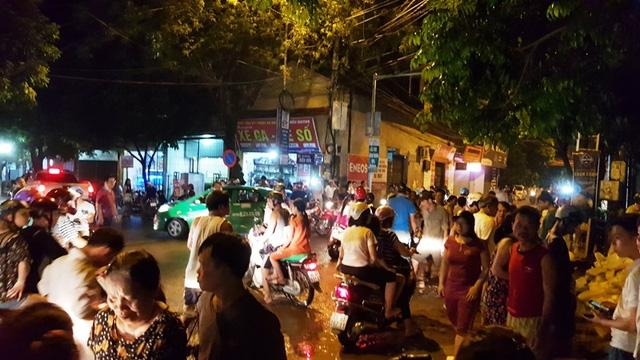 Gần 23h đêm, người dân vẫn đổ ra phố rất đông vì lo nước sông đang dâng cao từng giờ.