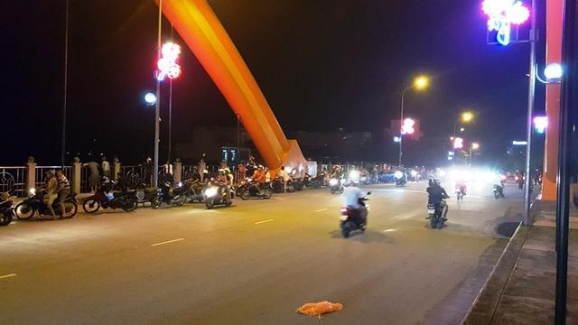 Trên cầu Lê Công Thanh cũng rất đông người đến xem mức nước.