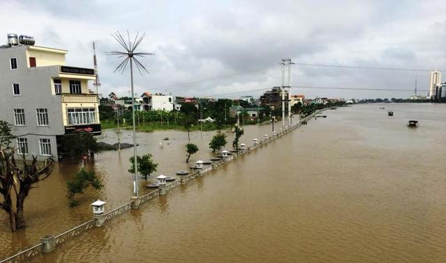 Trước đó từ sáng qua, nước sông Đáy đã dâng cao tràn ngập khu bờ kè và tràn vào khu dân cư phường Lê Hồng Phong - TP Phủ Lý.