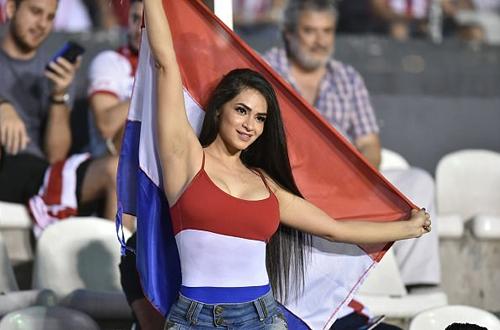 doi-thu-gui-gai-dep-den-pha-dam-tuyen-venezuela