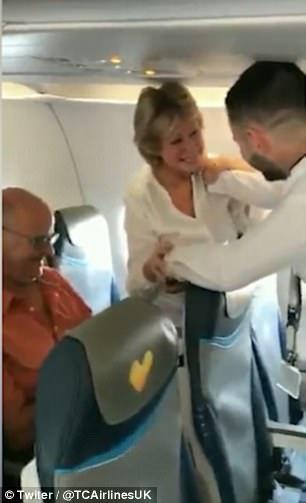 Hành khách vỡ òa vì thông báo bất ngờ của phi công - Ảnh 2.