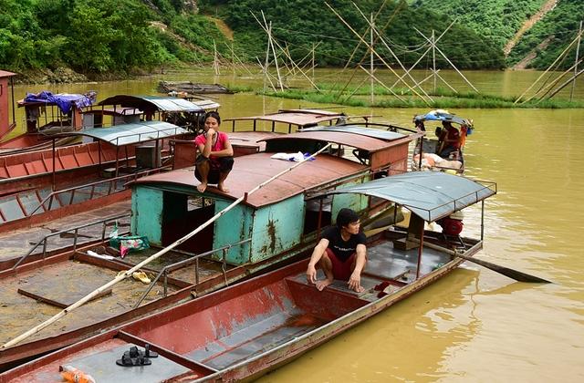 Một số gia đình mất nhà cửa, phải xuống thuyền trú tạm.
