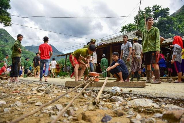 Tại xã Đồng Nghê, người dân tập trung dựng nhà tạm để có nơi trú ngụ trước mắt.
