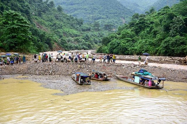 Đường bộ vào các xã trung tâm huyện Đà Bắc bị chia cắt hơn 1 ngày nay. Tại xã Suối Nánh và Đồng Nghê, người dân ra bến tàu chờ đợi nhu yếu phẩm tiếp tế bằng đường thuỷ để cầm cự.