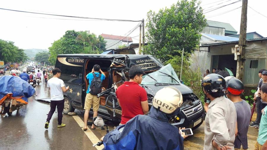 Hòa Bình: Xe Limousine 16 chỗ nát bét sau khi đâm vào đuôi xe tải đang đỗ ven đường, 1 phụ nữ bị thương nặng - Ảnh 1.