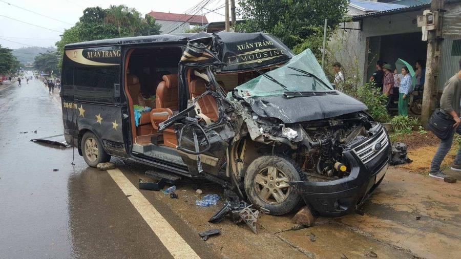 Hòa Bình: Xe Limousine 16 chỗ nát bét sau khi đâm vào đuôi xe tải đang đỗ ven đường, 1 phụ nữ bị thương nặng - Ảnh 2.