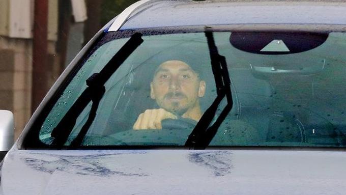 Ibrahimovic xuất hiện trên sân tập Carrington của M.U