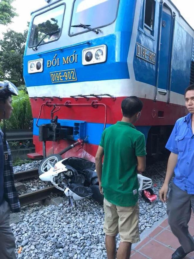 Clip: Khoảnh khắc người phụ nữ va vào tàu hỏa bị thương khi cố nhấn ga vượt qua đường ray - Ảnh 2.