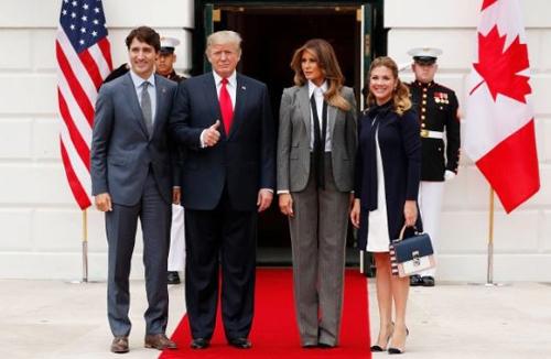 Tổng thống Mỹ Trump và Đệ nhất Phu nhân Melania (giữa) đón Tổng thống Canada Justin Trudeau và phu nhân Sophia. Ảnh: Telegraph.