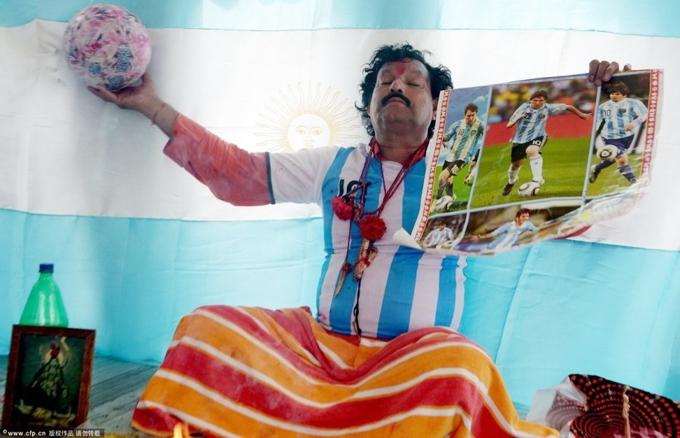 p Một pháp sư Ấn Độ từng lập đàn cầu cho Messi và Argentina vô địch World Cup 2014 nhưng bất thành