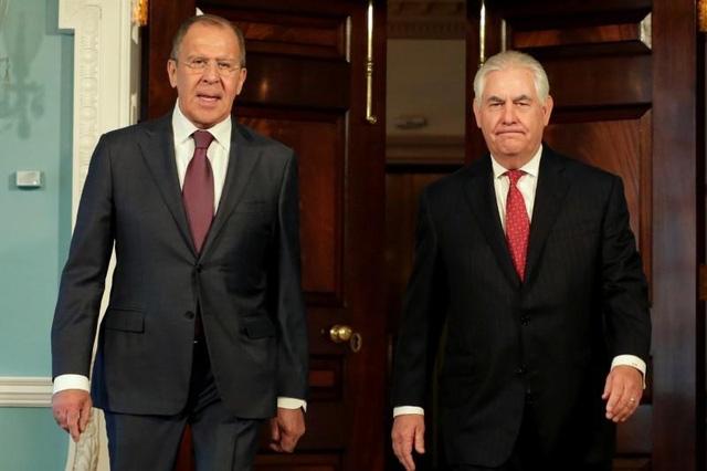 Ngoại trưởng Nga Sergei Lavrov (trái) và Ngoại trưởng Mỹ Rex Tillerson trong cuộc gặp tại Washington hồi tháng 5 (Ảnh: Reuters)