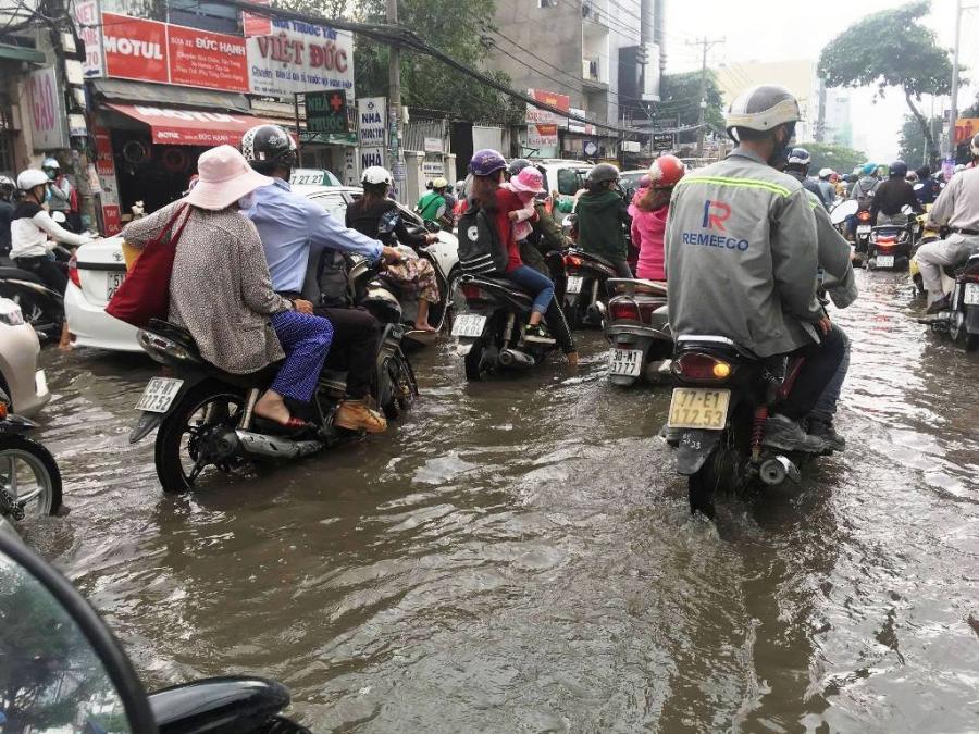 """Ngập nước kẹt xe bủa vây, người Sài Gòn như hóa điên vì """"chôn chân"""" trên đường - 3"""