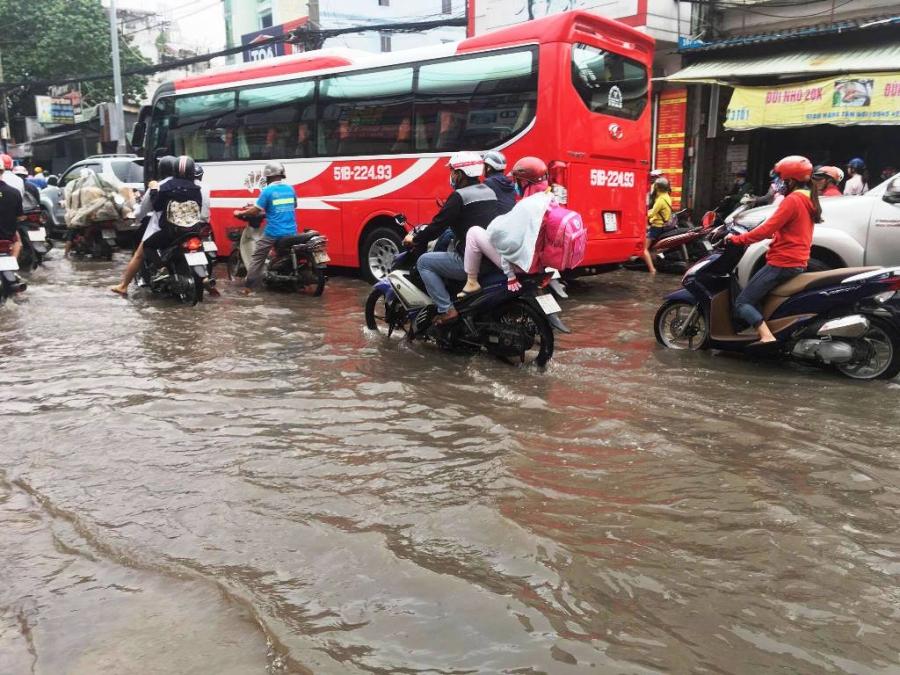 """Ngập nước kẹt xe bủa vây, người Sài Gòn như hóa điên vì """"chôn chân"""" trên đường - 4"""