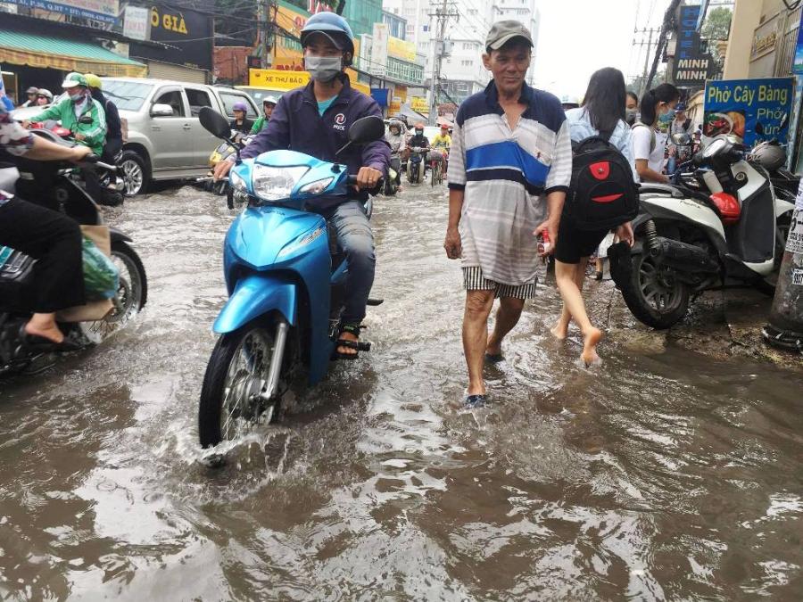 """Ngập nước kẹt xe bủa vây, người Sài Gòn như hóa điên vì """"chôn chân"""" trên đường - 5"""