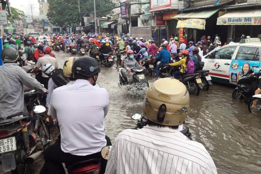 """Ngập nước kẹt xe bủa vây, người Sài Gòn như hóa điên vì """"chôn chân"""" trên đường - 9"""
