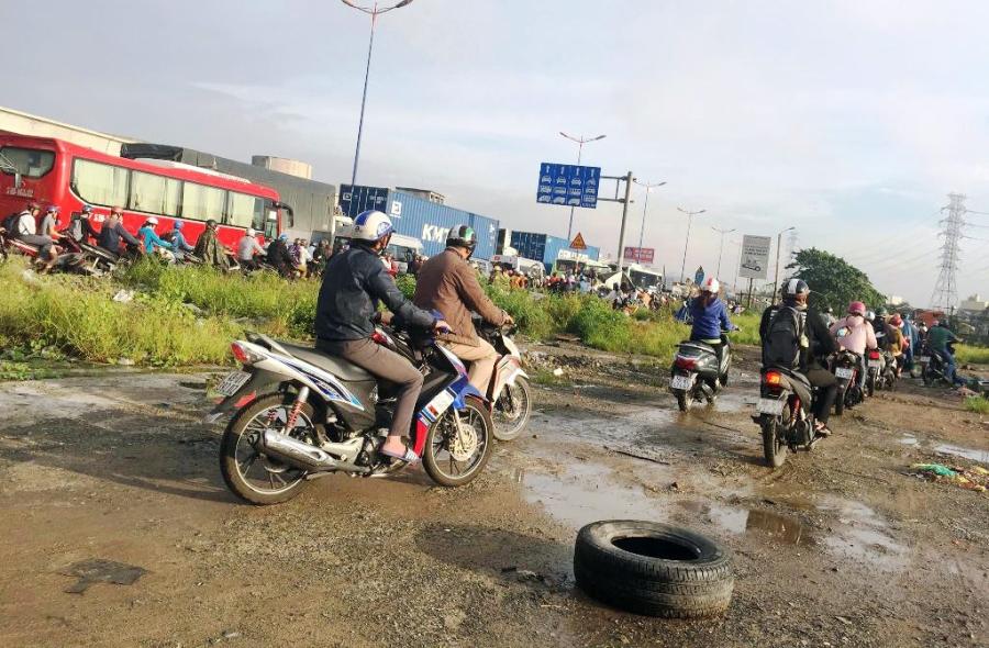 """Ngập nước kẹt xe bủa vây, người Sài Gòn như hóa điên vì """"chôn chân"""" trên đường - 19"""