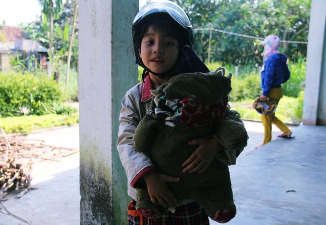Người mẹ quét rác và 2 đứa trẻ thiểu năng suốt 10 năm ôm con gấu bông rách vì tưởng là… bố - Ảnh 7.