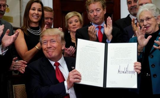 Ông Donald Trump ký sắc lệnh làm suy yếu Obamacare - Ảnh 1.