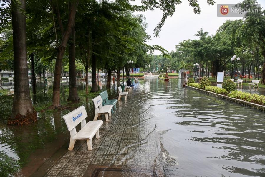 Sài Gòn ngập cả buổi sáng sau trận mưa đêm, nhân viên thoát nước ra đường đẩy xe chết máy giúp người dân - Ảnh 3.