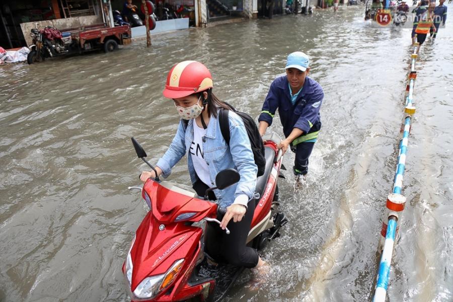 Sài Gòn ngập cả buổi sáng sau trận mưa đêm, nhân viên thoát nước ra đường đẩy xe chết máy giúp người dân - Ảnh 7.