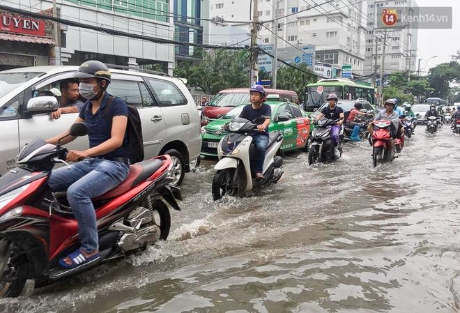 Sài Gòn ngập cả buổi sáng sau trận mưa đêm, nhân viên thoát nước ra đường đẩy xe chết máy giúp người dân - Ảnh 8.