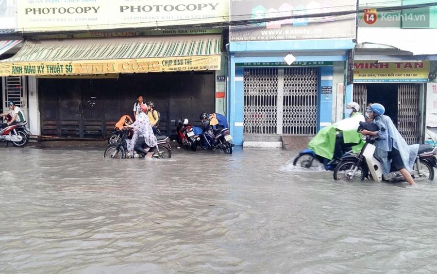 Sài Gòn ngập cả buổi sáng sau trận mưa đêm, nhân viên thoát nước ra đường đẩy xe chết máy giúp người dân - Ảnh 9.