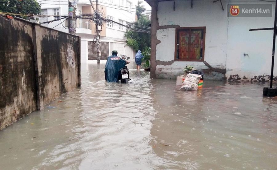 Sài Gòn ngập cả buổi sáng sau trận mưa đêm, nhân viên thoát nước ra đường đẩy xe chết máy giúp người dân - Ảnh 10.