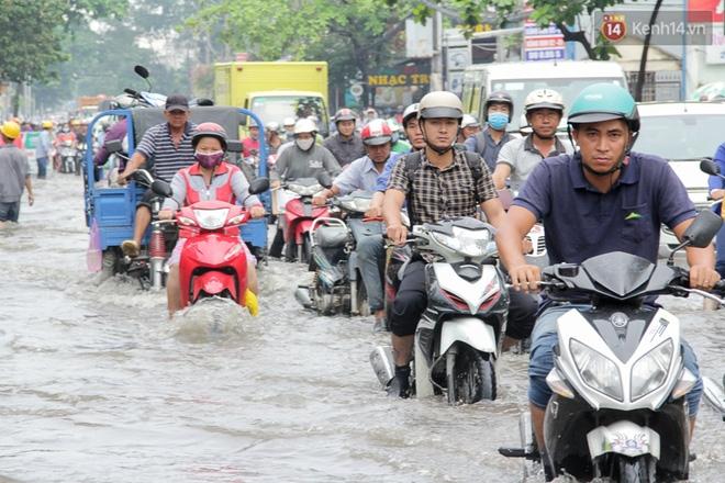 Sài Gòn ngập cả buổi sáng sau trận mưa đêm, nhân viên thoát nước ra đường đẩy xe chết máy giúp người dân - Ảnh 12.