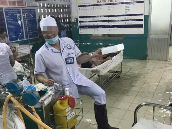 Mưa lớn khủng khiếp ở Sài Gòn: Bệnh viện hóa thành sông, bác sĩ mang ủng trực cấp cứu cho bệnh nhân lúc nửa đêm