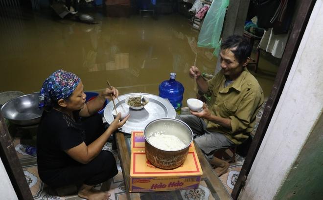 Chùm ảnh: Cuộc sống trên giường, dưới nước của dân vùng lũ ở Hà Nội - Ảnh 1.