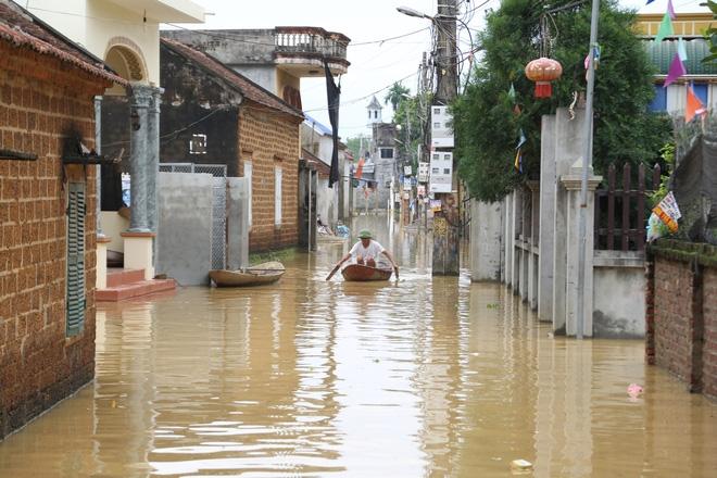 Chùm ảnh: Cuộc sống trên giường, dưới nước của dân vùng lũ ở Hà Nội - Ảnh 2.