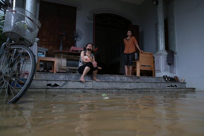 Chùm ảnh: Cuộc sống trên giường, dưới nước của dân vùng lũ ở Hà Nội - Ảnh 5.