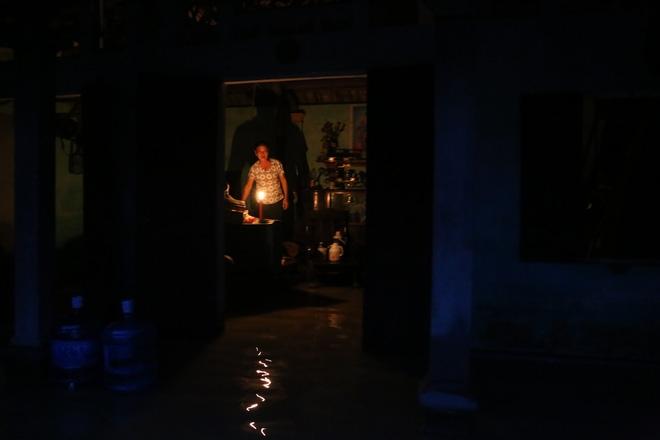 Chùm ảnh: Cuộc sống trên giường, dưới nước của dân vùng lũ ở Hà Nội - Ảnh 7.