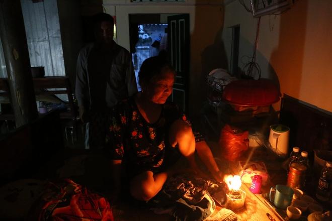 Chùm ảnh: Cuộc sống trên giường, dưới nước của dân vùng lũ ở Hà Nội - Ảnh 9.