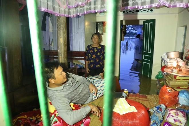 Chùm ảnh: Cuộc sống trên giường, dưới nước của dân vùng lũ ở Hà Nội - Ảnh 10.